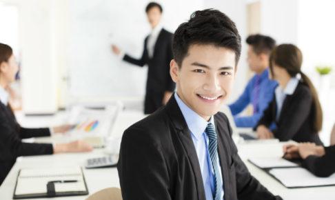 こちらに笑いかける若いビジネスマン