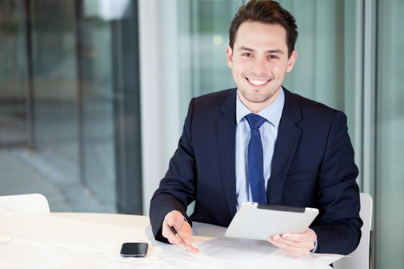 笑顔のスーツを着たビジネスマン