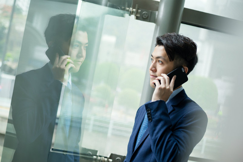 電話をするスーツの男性