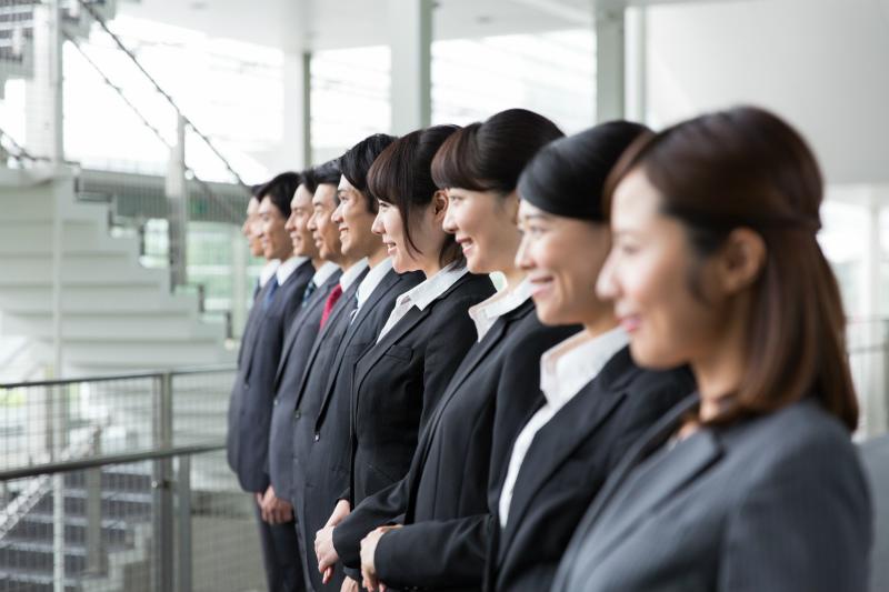 整列して笑顔を見せる社員