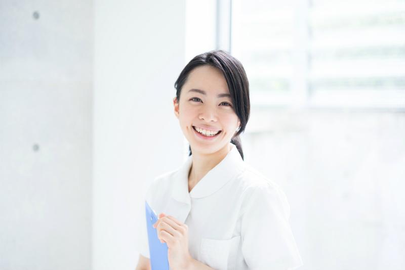 白いシャツを着た笑顔の若い女性