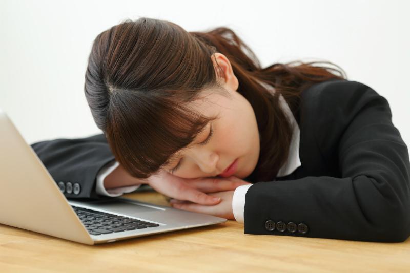 パソコンの前で寝ている女性