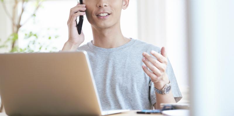 電話で話をする男性