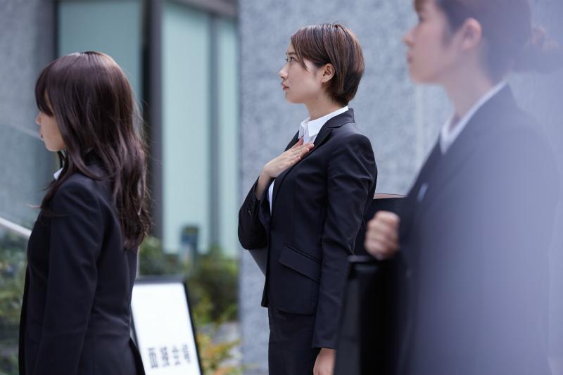 面接を前に緊張した様子の女性
