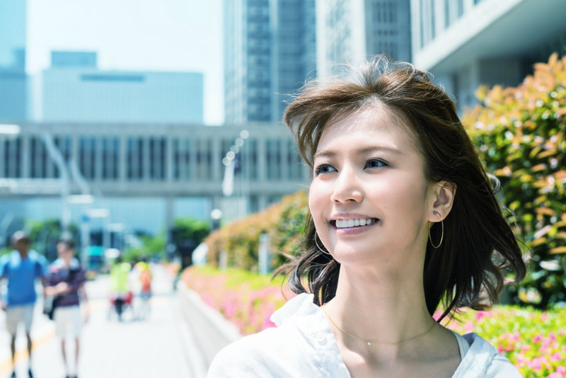 笑顔で歩く若い女性
