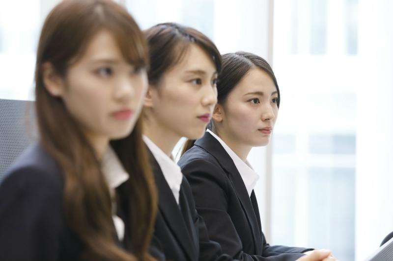 面接中の三人の女性