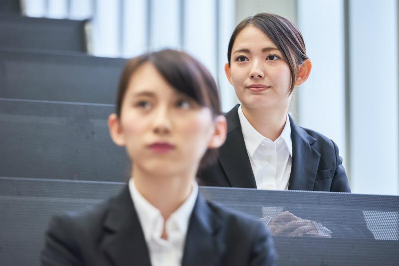 企業の説明会に参加している女性