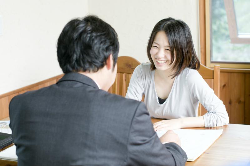 笑顔で話す女性と男性