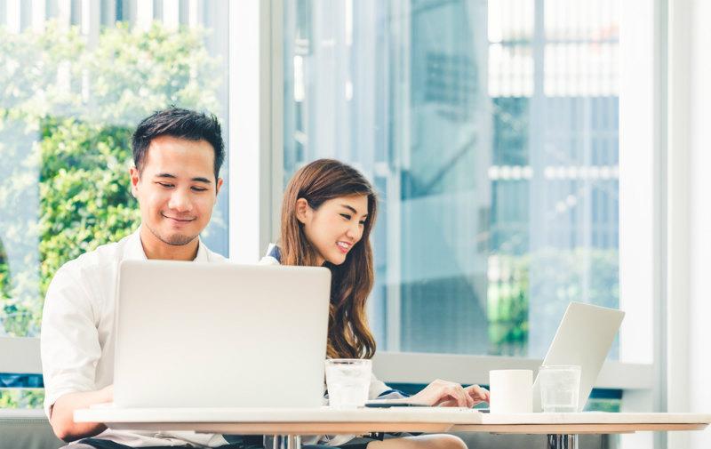 パソコンで仕事する男性と女性