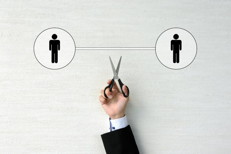 人間関係の図をハサミで切ろうとしている様子