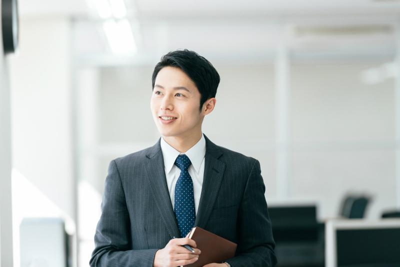 オフィス内を歩いている若いビジネスマン