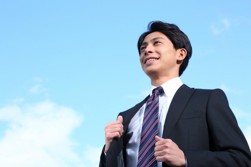スーツ姿の若い男性