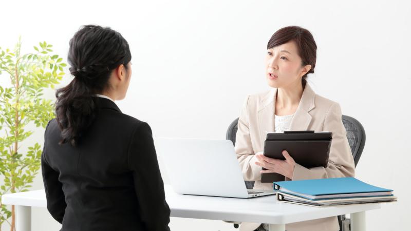 面談中の二人の女性