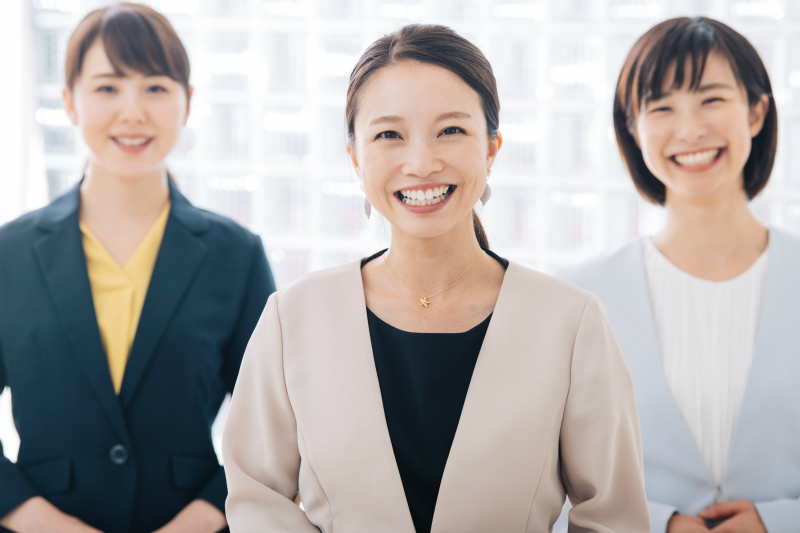 笑顔でこちらを見つめる女性たち