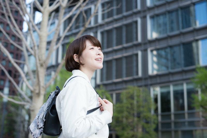 オフィス街を歩く若い女性