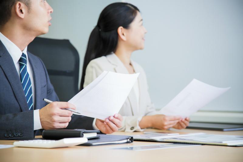 会議中の男女