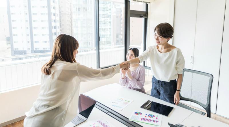 49-3【新卒面接との違い3:面接官と自分の関係が違う!】握手を交わす女性