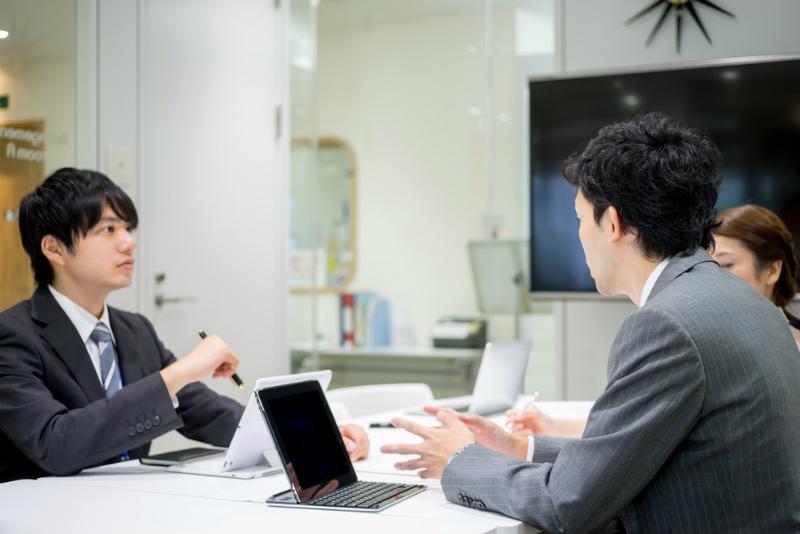 49-4【新卒面接との違い4:自己PRが違う!】社内で打ち合わせする様子
