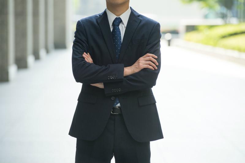 腕を組んで立っているビジネスマン