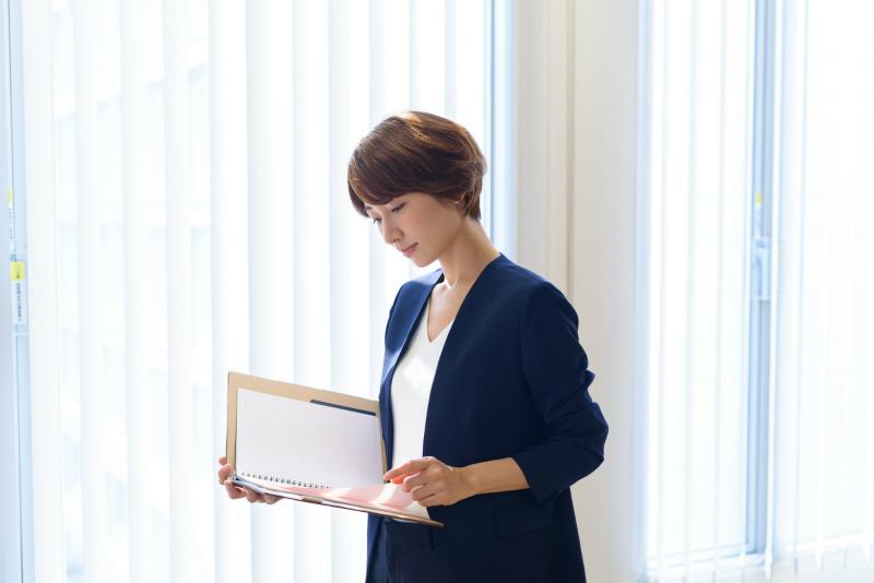 書類に目をやる女性