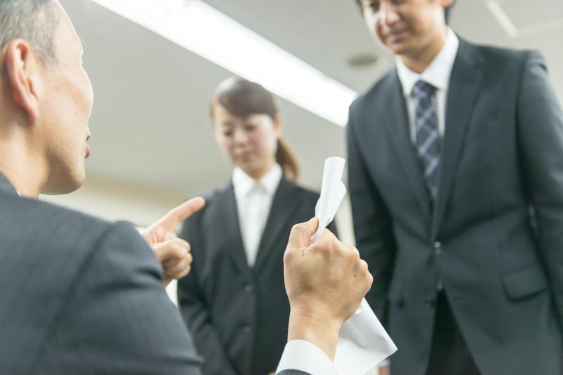 上司に頭を下げる男性と女性
