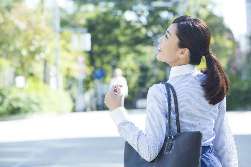 若い女性が通勤している様子