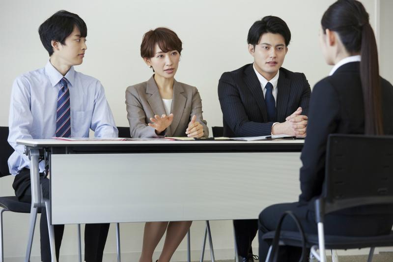 三人の面接官と応募者の若い女性