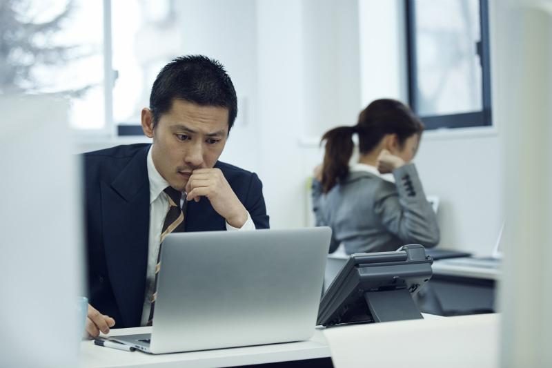 パソコンに向かう一人のビジネスマン