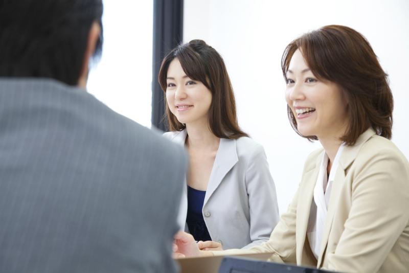 女性エージェントに仕事の相談をする男性