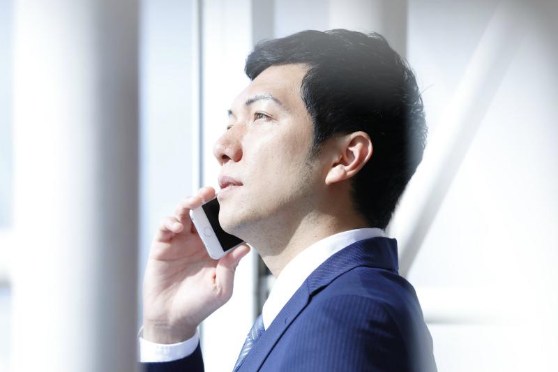 携帯で電話する男性