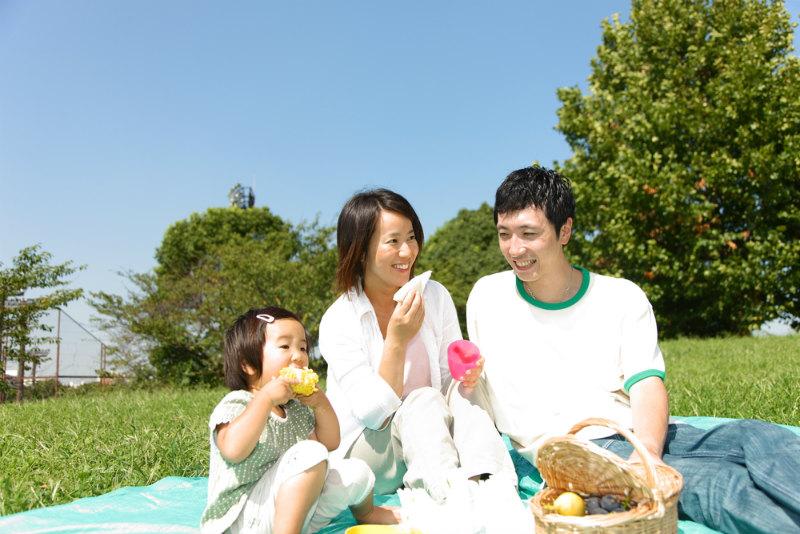 家族がピクニックをしている様子