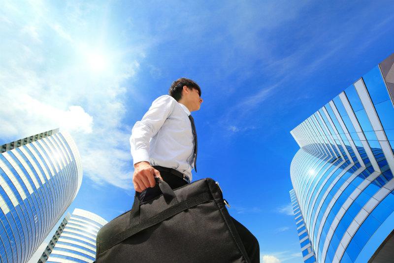ビルの下を歩くビジネスマン