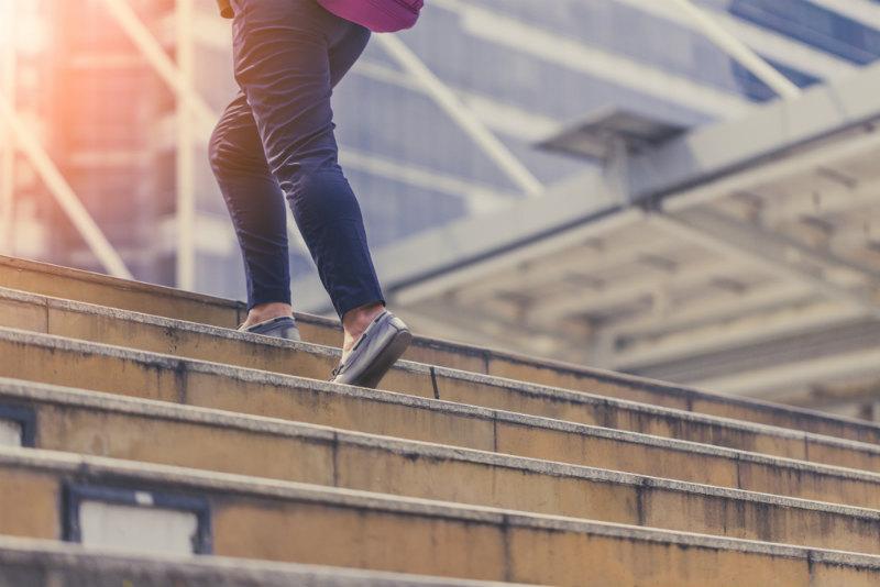 階段をのぼる女性の足