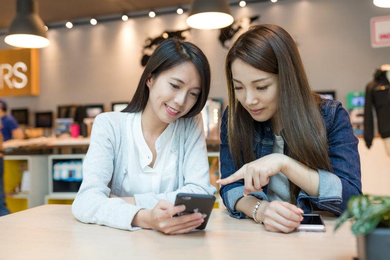 スマホを見る二人の若い女性