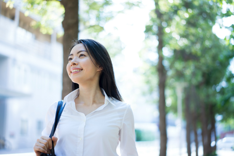 笑顔で歩く女性