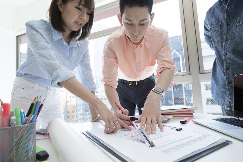 図面を書く女性と男性