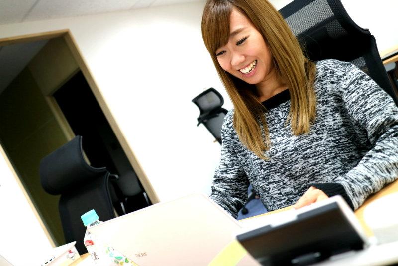 長谷川ネットメディアの女社員の笑顔