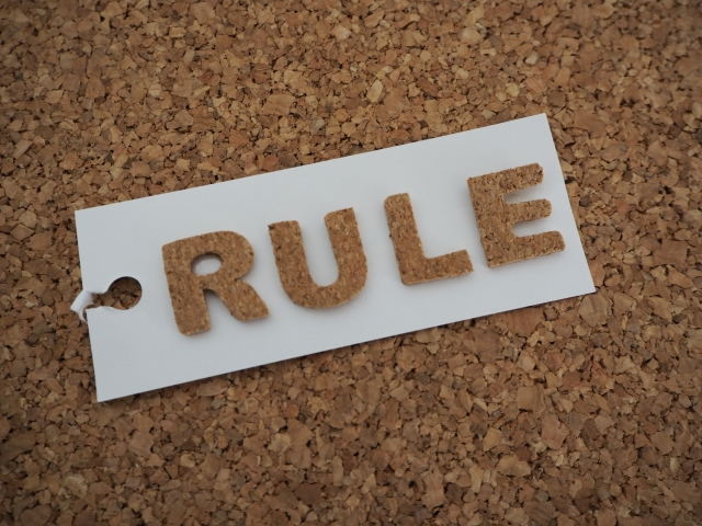 RULEと書かれたプレート