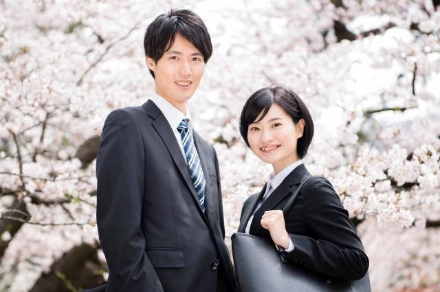 桜並木に立つ2人の就活生